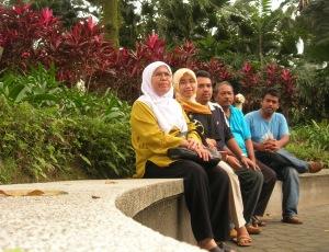 Dari kiri, emak, adik, abang, abah dan aku.