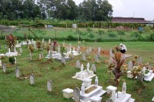 Hafifi antara yang terakhir meninggalkan Tanah Perkuburan Islam Seksyen 21, Shah Alam.