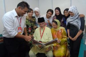 Team SH merakamkan kenangan semasa Pak Lah dan Isteri melawat balai berita SH.