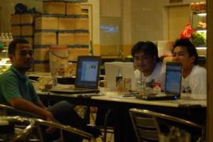 Pakar IT yang membantu aku JOE (kiri) Adib (tengah) Dzofeer