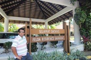 Sempat pose ala-ala hero tamil dua hari sebelum balik dari Lahad Datu.