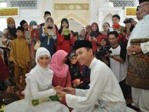 Pasangan pengantin baru, Saiful dan Nik Suryani . – Foto Sinar Harian oleh NORHAFIZA MUSA