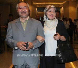 Dr Mohamad Khir Toyo dengan ditemani isterinya Zahrah Kechik kekal menjalani hukuman penjara setahun atas kesalahan mendapatkan untuk dirinya dan isteri dua lot tanah dan banglo bernilai jutaan ringgit selepas rayuannya ditolak oleh Mahkamah Rayuan,Putrajaya di sini, 30 Mei 2013. - UTUSAN MALAYSIA