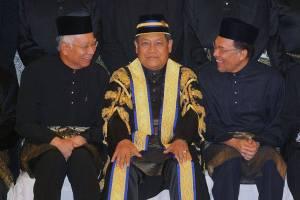 Comel kedua-dua tokoh ini duduk kepit tangan tengah-tengah.