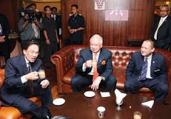 Najib dan Anwar sambil ditemani Datuk Seri Nazri Aziz yang ketika itu menjawat Menteri di Jabatan Perdana Menteri yang menjaga hal ehwal Parlimen.