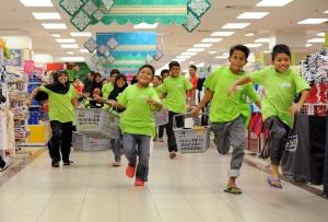 KUALA LUMPUR, 19 Julai -- GEMBIRA ... Seramai 35 anak yatim dari Rumah Amal Al Rahmaniah, Rasa, Hulu Selangor begitu gembira ketika dibawa membeli-belah pakaian serta kasut raya bagi persiapan menjelang Aidilfitri dalam program yang dianjurkan oleh UDA Holding Berhad di pusat membeli-belah AEON, Taman Maluri, Cheras di sini, hari ini. Ini merupakan kali pertama bagi anak yatim dari Rumah Amal Al Rahmaniah menerima sumbangan sempena Aidilfitri dan sebanyak RM200 diperuntukkan kepada setiap seorang anak yatim untuk membeli pakaian dan kasut baru. --fotoBERNAMA (2013) HAKCIPTA TERPELIHARA