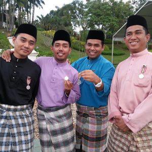 Satu ketika dulu, Kuala Lumpur kami yang punya, gabungan kami-kami. Dari kiri, Yunus, Wan, Aku dan Along.