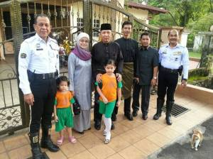 Tan Sri Ismail Omar bersama isteri dan mereka yang sentiasa bersamanya ketika IGP.