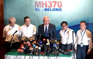 Perdana Menteri, Datuk Seri Najib Tun Razak pada sidang media berhubung pesawat MH370 di Hotel Sama-Sama di sini hari ini. Turut kelihatan (dari kiri) Timbalan Menteri Luar, Datuk Hamzah Zainuddin, pemangku Menteri Pengangkutan Datuk Seri Hishammuddin Tun Hussein, Ketua Pengarah Jabatan Penerbangan Awam (DCA) Datuk Azharuddin Abdul Rahman dan Ketua Pegawai Eksekutif Kumpulan Malaysia Airlines System Bhd. (MAS) Ahmad Jauhari Yahya.