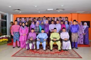 Arwah, barisan belakang, dua dari kiri ketika bergambar dalam program Lawatan Sultan Kelantan ke Kumpulan Media Karangkraf.